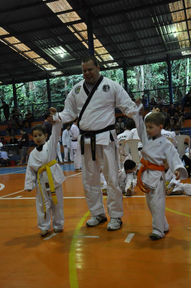 "Copa Barreto Taekwondo 2015  - <i class=""fa fa-download""></i> <a href=""../images/galeria/copa_barreto_2015/foto_59.jpg"" target=""_blank"" download>Download</a>"